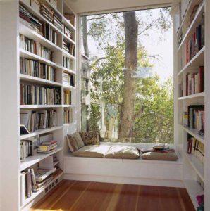 Hausbibliothek Mit Deckenhohem Fenster. Gesundes Licht Ist Lebenswichtig